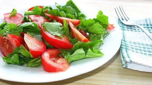 Салат: помидоры и шпинат
