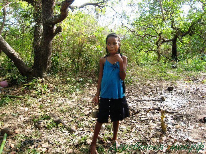 Девочка филиппинка на острове